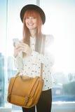 Service de mini-messages de sourire de femme de hippie avec son smartphone photographie stock libre de droits