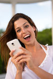 Service de mini-messages de touristes femelle sur le smartphone photos libres de droits