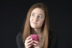 Service de mini-messages d'adolescent à un téléphone portable Images libres de droits