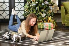Service de mini-messages femelle de futur styliste utilisant l'ordinateur portable image libre de droits