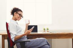Service de mini-messages de femme d'affaires au téléphone au bureau Photo libre de droits
