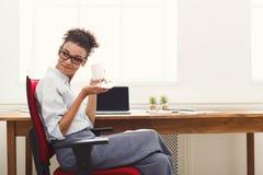 Service de mini-messages de femme d'affaires au téléphone au bureau Images libres de droits