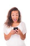 Service de mini-messages heureux de femme à son téléphone photo libre de droits