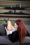 Service de mini-messages heureux de jeune femme au téléphone Photo stock
