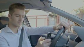 Service de mini-messages de jeune homme et entraînement recherchant l'adresse utilisant GPS sur le smartphone - clips vidéos