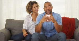 Service de mini-messages noir de couples sur le smartphone Photos libres de droits