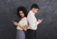 Service de mini-messages de observation de type d'amie jalouse au téléphone Image libre de droits