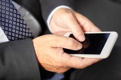 Service de mini-messages supérieur d'homme d'affaires sur le smartphone Photos stock