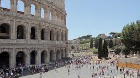 Service de mini-messages de touristes de garçon caucasien sur la belle vue de la ville antique européenne avec le téléphone intel banque de vidéos