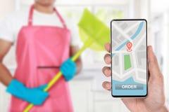 Service de nettoyage de commande de main par l'intermédiaire de téléphone portable image libre de droits