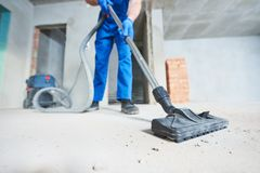 Service de nettoyage de construction dépoussiérage avec l'aspirateur images stock