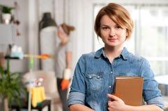 service de nettoyage Femme de ménage faisant le nettoyage photos libres de droits