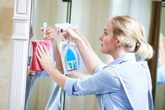 service de nettoyage miroir propre de personnel d'hôtel photo libre de droits
