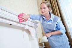 service de nettoyage personnel d'hôtel enlevant la poussière image stock