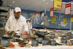 Service de poissons au supermarché Photographie stock libre de droits