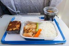 Service de repas sur l'avion avec la boulangerie et la boisson non alcoolisée photos libres de droits
