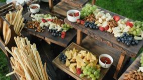 Service de restauration Station avec un grand cheddar assorti de fromage, Gorgonzola, brie, gouda, parmesan, feta, ricotta clips vidéos