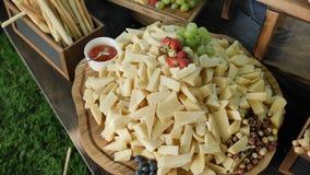 Service de restauration Station avec un grand cheddar assorti de fromage, Gorgonzola, brie, gouda, parmesan, feta, ricotta banque de vidéos