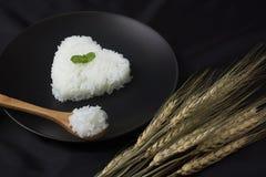 Service de riz de cuisinier avec la forme de coeur photos stock