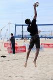 Service de saut de volleyball de la plage des hommes Photographie stock