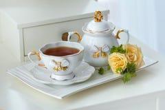 Service de thé élégant avec le thé et les fleurs dans le style anglais Images stock