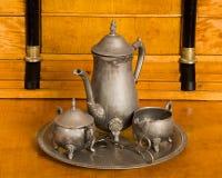 Service de thé antique sur un bureau antique en bois de cerise Photographie stock