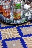 Service de thé en bon état de Marocain sur la nappe bleue Photos libres de droits