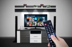 Service de VOD de vidéo sur demande dans la TV Cinéma à la maison de observation de télévision Photographie stock libre de droits