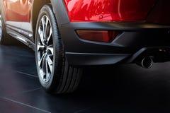 Service de voiture vérifiant l'inspection suspendue avec le moteur de voiture dans la salle d'exposition du concessionnaire photographie stock libre de droits