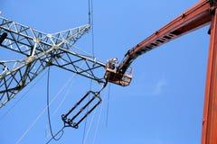 Service des réparations sur le pylône de pouvoir photographie stock