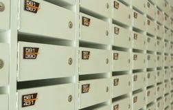 Service en bois blanc de boîtes aux lettres en appartement Photographie stock libre de droits