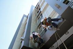 Service för Glass lokalvård för fasad rengörande Arkivbild