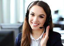 service för operatör för kundkvinnlighörlurar med mikrofon Fotografering för Bildbyråer