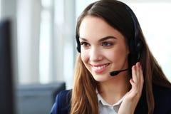 service för operatör för kundkvinnlighörlurar med mikrofon Arkivfoto