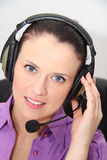 service för operatör för kundkvinnlighörlurar med mikrofon Arkivbild