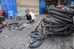 Service för plana gummihjul för gata Arkivfoto
