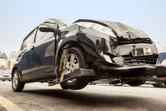 Service för räddningsaktionmedel på gatan som drar den forcerade bilen Royaltyfria Bilder