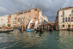 Service för skulptur för Lorenzo Quinn ` s i Venedig royaltyfria foton