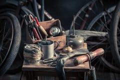 Service för tappningcykelknipa med hjälpmedel, hjul och röret arkivfoto