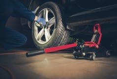 Service för utbyte för bilgummihjul arkivbilder