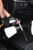 service för utbyte för bunkebilelevator lyftolja Arbetartvagning av inre vid speciala rengöringsmedel Fotografering för Bildbyråer