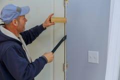 Service für neue Tür der Reparaturverlegenheit für Innenraum im Haus stockbilder