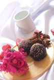 Service foncé de petit gâteau de chocolat de plaque en bois Image libre de droits