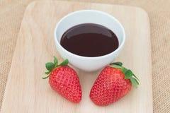 Service frais de fraises avec du chocolat fondu Image stock