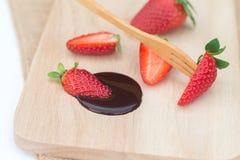 Service frais de fraises avec du chocolat fondu Photo stock