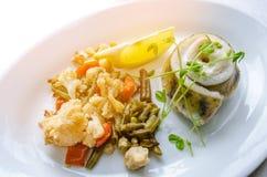 Service frit de petit pain de filet de poissons avec le légume Photographie stock