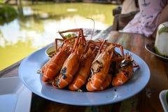 Service grillé de crevettes avec de la sauce à fruits de mer épicée photographie stock