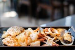 Service grillé de nourriture de plat noir pour le fond ou la texture chaud de nourriture Images libres de droits