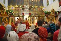 Service i den ortodoxa kyrkan Domkyrka av Vladivostok Royaltyfri Foto