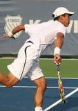 Service mâle de joueur de tennis professionnel Photographie stock